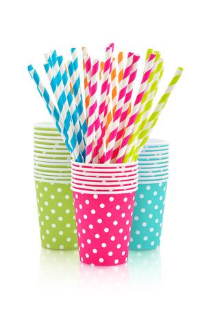 tigrato: Bicchieri di carta colorate e cannucce a strisce per la festa di compleanno isolato su bianco