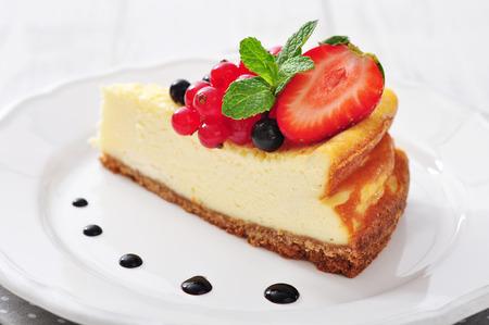 접시 근접 촬영에 신선한 딸기와 민트와 치즈 케이크