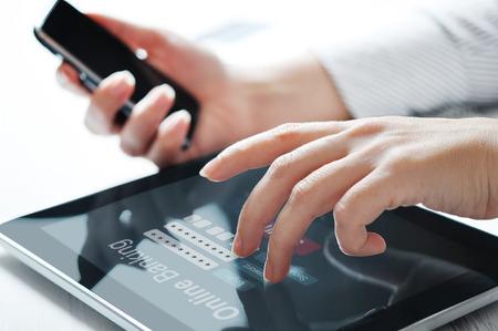 manos trabajo: Manos femeninas que trabajan con la banca en l�nea en el dispositivo de pantalla t�ctil