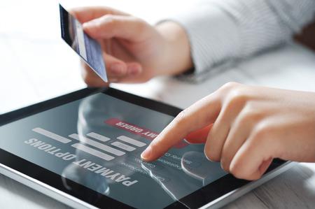 온라인 결제를위한 터치 스크린 장치를 사용하여 여성의 손을