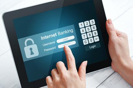 インターネットの銀行業のタブレット pc を使用して女性の手