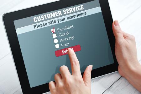 control de calidad: Servicio en l�nea de satisfacci�n del cliente encuesta sobre una tableta digital