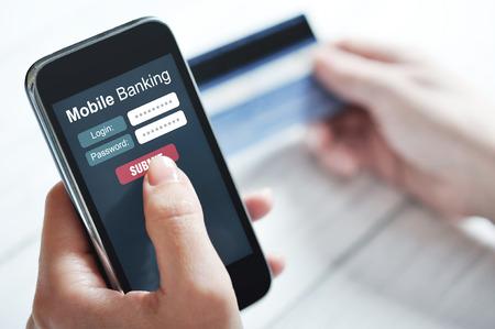 contraseña: Manos femeninas usando la banca móvil en el teléfono inteligente