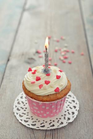 bougie coeur: gâteau d'anniversaire avec des bougies sur fond de bois