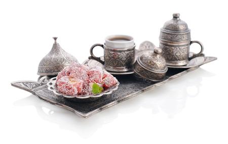 comida arabe: Taza de café con delicias turcas y la bandeja oriental de metal aislado en el fondo blanco