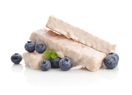barra de cereal: Bares yogur Muesli con arándanos frescos aislados sobre fondo blanco