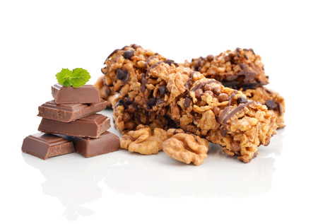 barra de cereal: Barritas de muesli de chocolate aisladas sobre fondo blanco