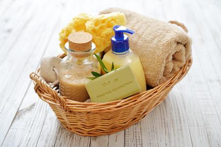 gel douche: Gel douche avec savon de bain et serviettes oliviers dans le panier sur fond de bois Banque d'images