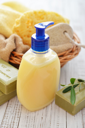 gel douche: Gel douche avec oliviers savon de bain et serviettes sur fond de bois