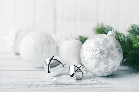 adornos navideños: Bolas de Navidad blanco y ramas de abeto con decoraciones sobre fondo claro