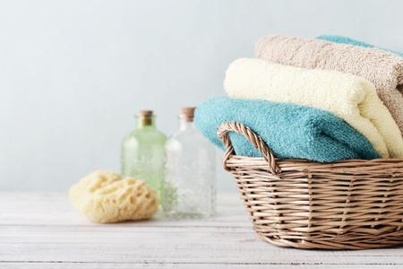 Serviettes de bain de couleurs différentes en osier sur fond clair Banque d'images - 34175113
