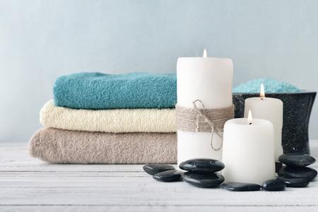 candela: Due candele con fiori di lavanda e asciugamani su sfondo azzurro