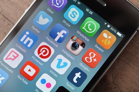 キエフ, ウクライナ - 2015 年 1 月 29 日: スマート フォンの画面で最も人気のあるソーシャル メディアのアイコンをクローズ アップ。ソーシャル メ