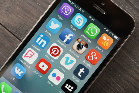 medios de comunicaci�n social: KIEV, Ucrania - 29 de enero de 2015: Los medios sociales iconos de la pantalla del smartphone. Los medios sociales son la herramienta m�s popular para la comunicaci�n, el intercambio de informaci�n y contenidos entre las personas en la red de internet.