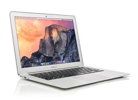 KIEV, Ucrania - 29 de enero de 2015: El estudio tiró de nuevo de Apple MacBook Air principios de 2014 con la página de inicio en la pantalla, diseñado y desarrollado por Apple Inc., que fue lanzado el 29 de abril 2014 Foto de archivo - 36459787