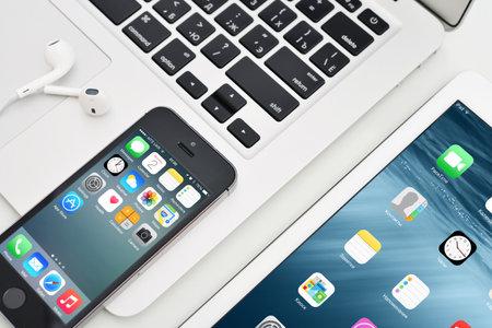 Kiew, Ukraine - 29. Januar 2015: Apple iPhone 5s, iPad 2 Air und MacBook Air. Apple Inc. ist ein amerikanischer multinationaler Konzern, die entwirft, entwickelt und vertreibt Unterhaltungselektronik.