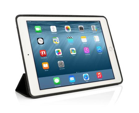 キエフ, ウクライナ - 2015 年 1 月 29 日: ブランドの新しい白い iPad 空気 2 iPad の第 6 世代アップル社によって開発された、2014 年 10 月 16 日にリリース
