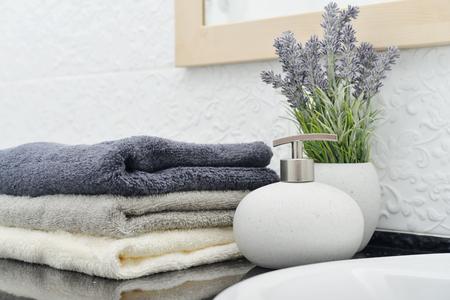 タオルを浴室クローズ アップのスタックで石鹸ディスペンサー 写真素材