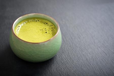 Feier: Organic Green Sencha-Tee in einer kleinen Tasse über Schiefer Hintergrund