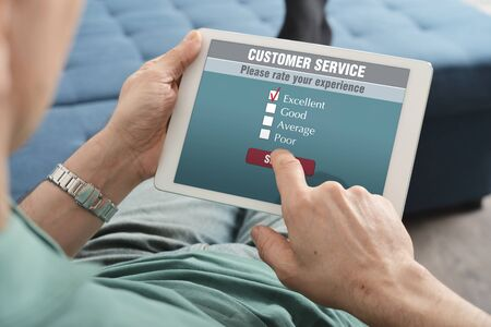 servicio al cliente: Línea encuesta de satisfacción del servicio al cliente en una tableta digital