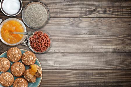 ajonjoli: magdalenas de proteínas, mermelada de albaricoque sin azúcar, salvado, edulcorante vista desde arriba Foto de archivo