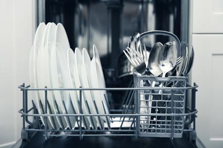 Schone borden en bestek na het wassen in een vaatwasser machine
