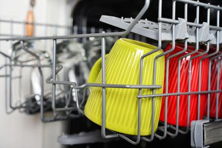 Schone glazen en kopjes na het wassen in de vaatwasser machine close-up
