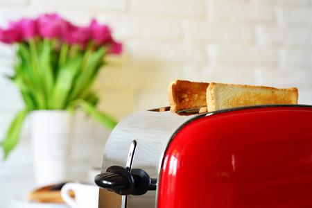 Tostadora con pan en la cocina interior de cerca