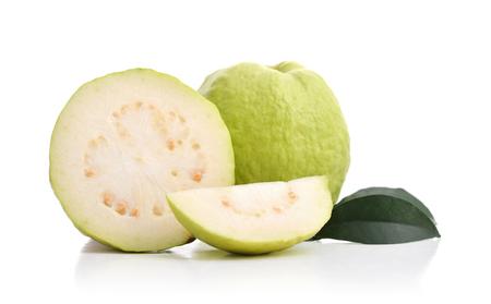 guayaba: Guayabas maduras frescas con hojas aisladas sobre fondo blanco