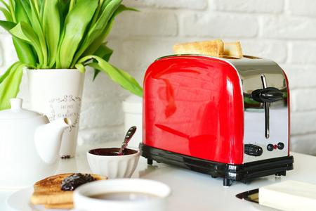 キッチン インテリア クローズ アップでパンをトースター