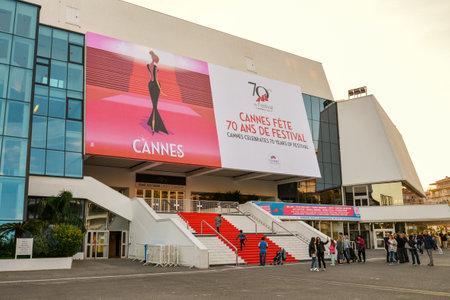 CANNES, FRANKRIJK - April 12, 2017: Rode Tapijttreden - Groot Auditorium Louis Lumiere in Cannes, Cannes is een stad op Franse Riviera en de gaststad van het jaarlijkse Filmfestival van Cannes wordt gevestigd dat
