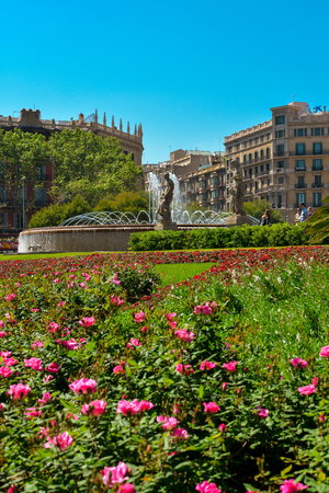 antiquity: BARCELONA, SPAIN - APRIL 9, 2017:  Beautiful fountain at Plaza Catalunya or Catalonia Square in Barcelona at sunny summer day, Catalonia, Spain Editorial