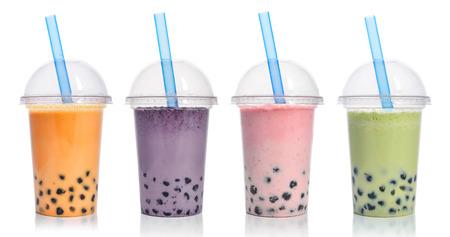 Diverse Bellenthee in plastic koppen met drankstro geïsoleerd op witte achtergrond. Haal het concept van drankjes weg. Stockfoto - 88801754