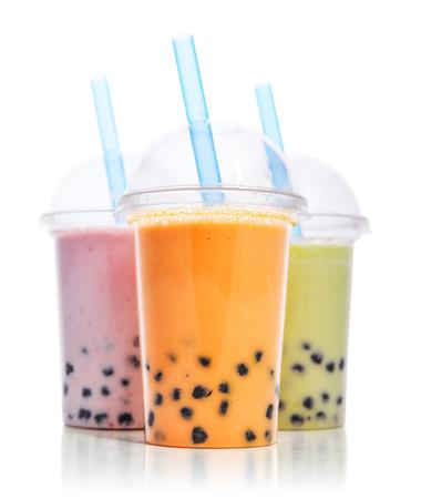 Diverse Bellenthee in plastic koppen met drankstro geïsoleerd op witte achtergrond. Haal het concept van drankjes weg. Stockfoto