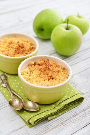 사과 나무 배경에 신선한 사과 함께 작은 베이킹 접시에 무너질 스톡 콘텐츠