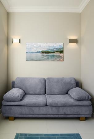 Nowoczesne wnętrze salonu z kanapą i fototapetą na ścianie. Zdjęcie na ścianie wykonane przeze mnie.
