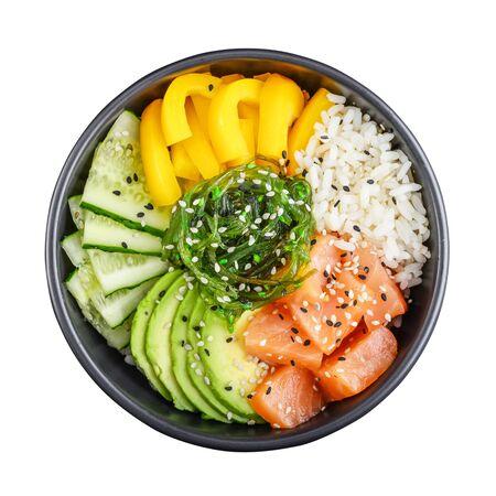 Poke bowl de salmón hawaiano con algas, aguacate, semillas de sésamo y pepino aislado sobre fondo blanco, vista superior Foto de archivo