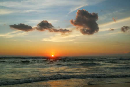 Beautiful bright sunset on the ocean on Bali island Foto de archivo - 154474039