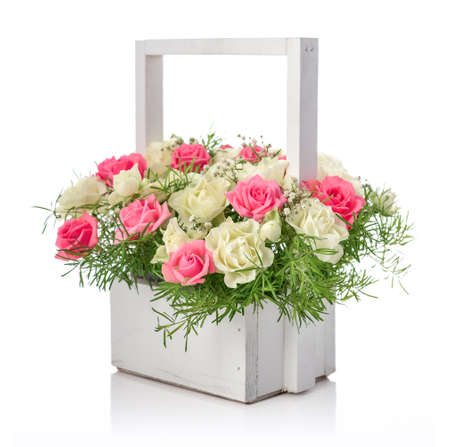Bouquet of pink and white roses in wooden basket isolated on white background Standard-Bild