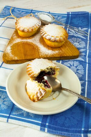 confiture: Small confiture pie on the white plate. Sweet dessert. Sweet pastry. Small pie. Pie. Jam pie
