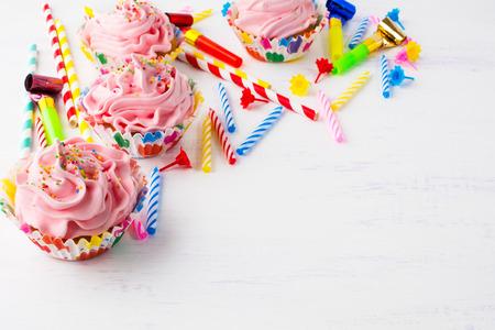 Fondo de cumpleaños con cupcakes rosa. Cupcakes de cumpleaños. Magdalena casera. Magdalenas gourmet Postre dulce. Pastelería dulce Invitación de cumpleaños Maqueta de cumpleaños. Escritorio de estilo. Fondo de cumpleaños.