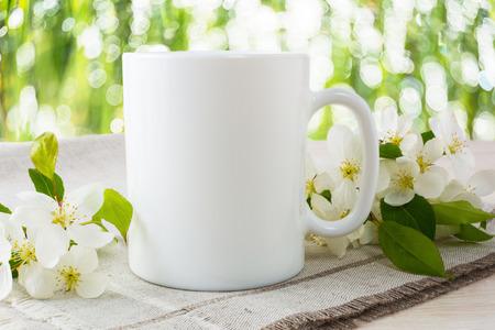 mockup tazza con fiori di melo. Mug mockup. modello di tazza di caffè. modello di tazza di caffè. modello Mug. modello di progettazione Mug. Design Mug. disegno di stampa Mug. Bianco tazza mockup. Coppa mockup. tazza vuota.