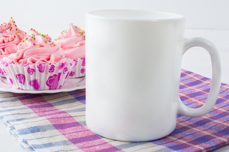 Café tasse avec serviette mockup damier. Tasse blanche maquette. Tasse Mockup produit. mockup Styled. mockup de produit. White cup mockup. mockup Cup. Vide Tasse Mockup. mug Blank. Banque d'images