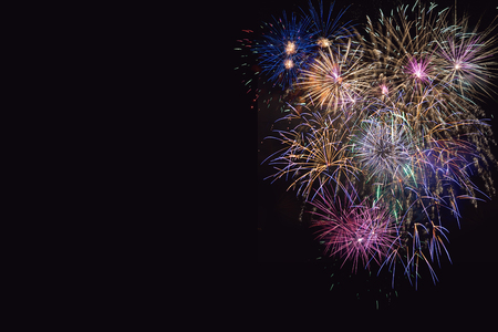 julio: Hermosa celebración lila, púrpura y oro fuegos artificiales. 4 de julio fuegos artificiales hermosa. Día de la Independencia, vacaciones de año nuevo saludo, espacio de copia. Foto de archivo