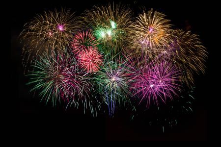 julio: Hermosa celebración de oro, rojo, púrpura, verde fuegos artificiales espumosos. Día de la Independencia, el 4 de julio vacaciones de saludo. Año Nuevo bellos fuegos artificiales. Vacaciones símbolo de fondo.