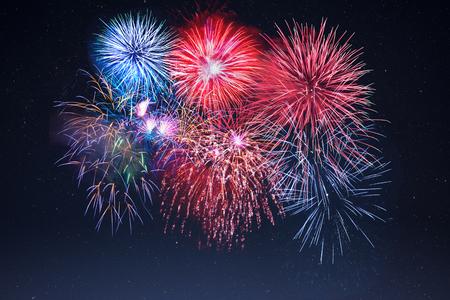 julio: Increíble celebración espumosos de fuegos artificiales sobre el cielo estrellado. Día de la Independencia, vacaciones de año nuevo saludo. 4 de julio fuegos artificiales hermosa. Foto de archivo