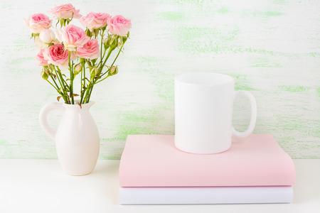marca libros: La taza de café maqueta con libros y rosas de color rosa. Taza de café maqueta para la promoción de la marca. maqueta taza vacía para presentación de diseño.