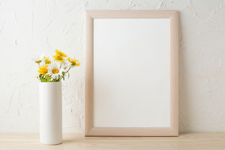 Frame mockup with white and yellow chamomiles in vase. Poster white frame mockup. Empty white frame mockup for presentation design. 版權商用圖片 - 60684150
