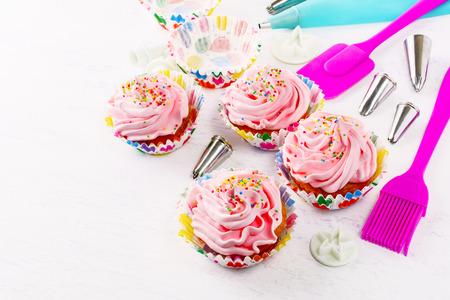 Decorado Pastelitos De Cumpleaos De Color Rosa Y Utensilios De