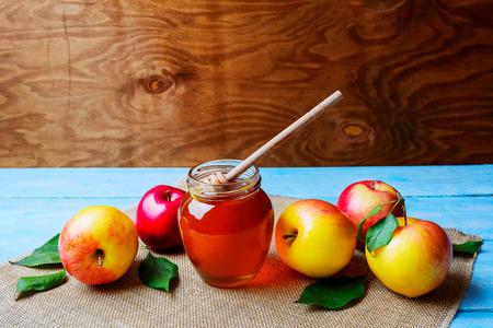 barattolo di vetro di miele e mele su rustico sfondo copia spazio. Rosh Hashanah concetto. Jewesh nuovi simboli anno.